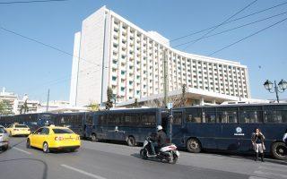 Πρωτοφανή ήταν χθες τα μέτρα ασφαλείας γύρω από το κεντρικό ξενοδοχείο όπου πραγματοποιούνται οι συναντήσεις κυβέρνησης - θεσμών, λόγω των προγραμματισμένων διαδηλώσεων.