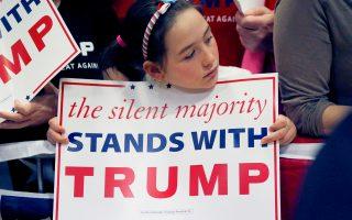 «Η σιωπηλή πλειοψηφία είναι με τον Τραμπ» γράφει το πλακάτ, σε προεκλογική συγκέντρωση, στο Ουέστ Αλις του Ουισκόνσιν.