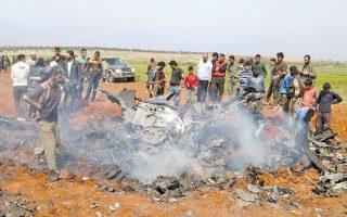 Μαχητές του Μετώπου Αλ Νούσρα και κάτοικοι της επαρχίας του Χαλεπίου περιεργάζονται τα συντρίμμια του κυβερνητικού αεροσκάφους, που φέρεται να πραγματοποιούσε αναγνωριστική επιχείρηση.