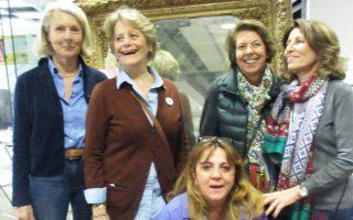 Χαμόγελα ικανοποίησης για την επιτυχία του έκτου Παζαριού που οργάνωσαν οι «Φίλοι της Μέριμνας» για τον σκοπό της Μέριμνας. Μπροστά στον Καθρέφτη της Γιαγιάς το Δ.Σ. των «Φίλων της Μέριμνας» (από αριστερά) Κορίννα Βακαλοπούλου, υπεύθυνη Παζαριού, η πρόεδρος Ντόλλα Νομικού, η Χριστίνα Κυριακοπούλου, δωρήτρια του Καθρέφτη, η γραμματέας Αννα Ανδρεάδη, καθιστή η δικηγόρος Γκέλυ Βούτσελα.