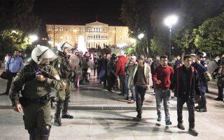 Περίπου  40 μετανάστες και πρόσφυγες από το λιμάνι του Πειραιά έφτασαν χθες το βράδυ, μαζί με «αλληλέγγυους», στην πλατεία Συντάγματος με την πρόθεση να στήσουν σκηνές, όμως εμποδίστηκαν από την αστυνομία, η οποία τους οδήγησε προς τον σταθμό του μετρό, με το οποίο επέστρεψαν στον Πειραιά.