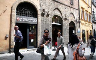 Η τράπεζα που αντιμετωπίζει αυτήν τη στιγμή τα σοβαρότερα προβλήματα με μη εξυπηρετούμενα δάνεια είναι η Monte dei Paschi di Siena. 47 δισ. ευρώ, δηλαδή το 40% του συνολικού χαρτοφυλακίου των χορηγήσεών της, θεωρούνται «κόκκινα».