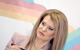 Η υφυπουργός η Θεοδώρα η Τζάκρη (μόνο ΠΑΣΟΚ, δεν υπάρχει τίποτ' άλλο!) ως προσωποποίηση της κυβέρνησης: γέρνει λίγο, γέρνει λιγάκι περισσότερο, ώσπου στο τέλος θα πέσει...