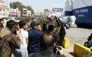 Μετανάστης απειλεί να πετάξει μωρό στους λιμενικούς, προκειμένου να μην παρέμβουν στη διαμαρτυρία που είχε διοργανωθεί χθες στον Πειραιά κατά της μεταφοράς τους σε κέντρα φιλοξενίας.