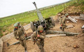 Ανδρες του πυροβολικού του Ναγκόρνο Καραμπάχ έτοιμοι να ανοίξουν πυρ εναντίον στρατευμάτων του Αζερμπαϊτζάν.