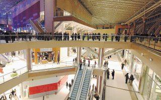 Κατά τη διάρκεια του 2015, τα εμπορικά κέντρα της Lamda Development διατήρησαν τη θετική πορεία τους. Συγκεκριμένα, η λειτουργική κερδοφορία των τριών εμπορικών κέντρων του ομίλου (The Mall Athens, Golden Hall και Mediterranean Cosmos) αυξήθηκε κατά 6,1% και ανήλθε σε 39,8 εκατ. ευρώ. Παράλληλα, αύξηση της τάξεως του 4,2% σημείωσε και ο κύκλος εργασιών των καταστημάτων, παρά την επιβολή κεφαλαιακών ελέγχων.