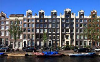Στην αγορά γραφείων, που αποτελεί και τη δημοφιλέστερη επιλογή, σημειώθηκε ιστορικό χαμηλό, κατά τη διάρκεια των τελευταίων τριών μηνών του έτους, με ποσοστό απόδοσης μόλις 4,79%, λόγω των πιέσεων που δέχθηκαν οι αποδόσεις σε Αμστερνταμ, Βερολίνο, Βρυξέλλες, Κοπεγχάγη και Λισσαβώνα.