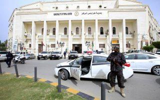 Μέλος της φρουράς της κυβέρνησης εθνικής ενότητας, έξω από το δημαρχείο της Τρίπολης.