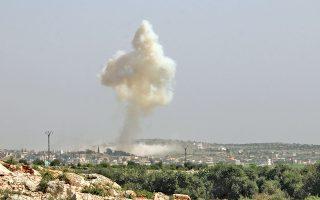 Στήλη καπνού υψώνεται πάνω από το χωριό Τουρμανίν, που κατέχουν οι τζιχαντιστές του Ισλαμικού Κράτους, μετά τον βομβαρδισμό του από την αεροπορία της Δαμασκού.