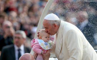 Φιλεύσπλαχνοι πρέπει να είναι οι κληρικοί στην αντιμετώπιση των πιστών, τονίζει ο Πάπας Φραγκίσκος στην εγκύκλιό του για την οικογενειακή ζωή.