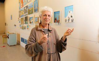 Η Λήδα Παπακωνσταντίνου στο Φουγάρο του Ναυπλίου. «Η τέχνη είναι η καθημερινότητά μας, το ραδιόφωνο που ακούμε, τα έντυπα που διαβάζουμε, η γλώσσα που μιλάμε μεταξύ μας. Μια ζωντανή γλώσσα», λέει.