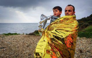 Greece Final Selection από τον GMB AKASH. Στην ακτή της Λέσβου πατέρας και γιος, με την ισοθερμική κουβέρτα του διασώστη, έχουν φθάσει στην Ελλάδα, έναν ακόμη σταθμό. Ο φωτογράφος την ξεχώρισε, μαζί με άλλες δικές του, Final Selection - τελική επιλογή.