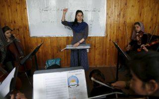 Οι θαρραλέες μουσικοί της Καμπούλ. Ακόμα και σήμερα στο Αφγανιστάν η μουσική για τους φανατικούς μουσουλμάνους είναι απαγορευμένη. Υπό την κυριαρχία δε των Ταλιμπάν, δεν γινόταν ούτε λόγος. Έτσι τα κορίτσια της ορχήστρας Zohra έχουν να αντιπαλέψουν τόσο τον ρατσισμό για το φύλο τους, όσο και την θρησκευτική  προκατάληψη για την μουσική. Η Zohra αποτελείται από 35 μουσικούς που παίζουν τόσο δυτικά όσο και παραδοσιακά όργανα υπό την διεύθυνση της εικονιζόμενης 19χρονης, μεγαλωμένης στο ορφανοτροφείο Negin.  REUTERS/Ahmad Masood