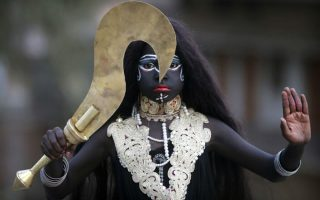 Η γέννηση ενός θεού. Ντυμένος σαν την θεά Kali, ένας άνδρας συμμετέχει στους εορτασμούς του φεστιβάλ Ram Navami στην Allahabad της Ινδίας, που ουσιαστικά γιορτάζει την γέννηση του Lord Rama. AP Photo/Rajesh Kumar Singh)