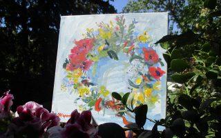 Κουρνιασμένο το «Στεφάνι της Πρωτομαγιάς» της Μερόπης Πρέκα στην αγκαλιά των λουλουδιών στο κηφισιώτικο μπαλκόνι, είναι οι ευχές της Φύσης και της τέχνης που διαρκούν, όταν τα άνθη μαραίνονται, τα φύλλα πέφτουν... (Φωτογραφία Ελένη Μπίστικα, «Κ» 28/4/16)