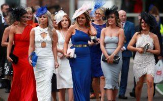 Τα κορίτσια. Ντυμένες με ό,τι πιο εντυπωσιακό μπορούσαν να αγοράσουν και να φορέσουν, οι νεαρές Αγγλίδες κάνουν εντυπωσιακή είσοδο στον ιππόδρομο του Aintree  στο Λίβερπουλ για την Ημέρα των Κυριών. Το Grand National Festival είναι μια από τις κορυφαίες ιπποδρομίες της χώρας και οι κυρίες με τα δωδεκάποντα σανδάλια που χώνονται στο γρασίδι, θα απολαύσουν σαμπάνια από πλαστικά ποτήρια, καθώς οι κύριοι θα είναι απασχολημένοι με τους αγώνες. (David Davies / PA via AP)