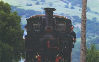 Η ιστορική ατμομηχανή ΔΚ 8001 επανακάμπτει μετά τις επισκευές του συνταξιούχου μηχανοδηγού Νίκου Ταγαρούλια (δεξιά) και θα εκτελέσει επετειακά δρομολόγια με αφορμή τα 120 χρόνια λειτουργίας του Οδοντωτού Σιδηροδρόμου.