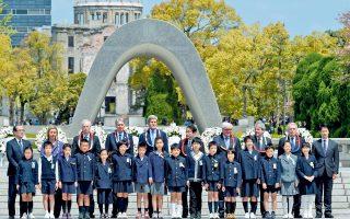 Στη φωτογραφία, οι υπουργοί Εξωτερικών των επτά ισχυρών βιομηχανικών κρατών παρατάσσονται μπροστά από το μνημείο των θυμάτων, πλαισιωμένοι από Γιαπωνέζους μαθητές.