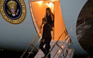 Ο Μπαράκ Ομπάμα και η κόρη του, Μάλια, αποβιβάζονται του προεδρικού αεροσκάφους στο Μέριλαντ.