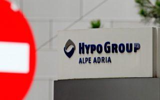 Για πρώτη φορά εφαρμόζεται η οδηγία της Ε.Ε. που επιμερίζει τις απώλειες μιας τράπεζας μεταξύ επενδυτών, αντί της διάσωσής της με χρήματα των φορολογουμένων. Σημειώνεται ότι η Heta δημιουργήθηκε από τα περιουσιακά στοιχεία της Hypo Alpe Adria (φωτ.) στην επαρχία Καρινθία.