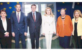 Στην υποδοχή του πρέσβη του Καναδά κ. Keith Morrill η πρόεδρος του «Ελπίδα» κ. Μαριάννα Βαρδινογιάννη, ο διοικητής του νοσοκομείου κ. Μανώλης Παπασάββας και οι συνεργάτες-συντελεστές του έργου που επιτελείται στην Ογκολογική Μονάδα Παίδων (από αριστερά) κ. Μαρία Χριστοδούλου, διευθύντρια νοσηλευτικής υπηρεσίας, καθ. Αικατερίνη Μεταξωτού, μέλος Δ.Σ. της «Ελπίδας» και Ζωή Δελήμπαση, δραστήρια υπεύθυνη δημοσίων σχέσεων της πρεσβείας του Καναδά.