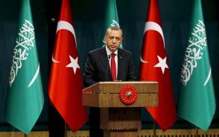 O Τούρκος πρόεδρος στη διάρκεια τελετής προς τιμήν του στενού συμμάχου του, βασιλιά Σαλμάν, χθες.