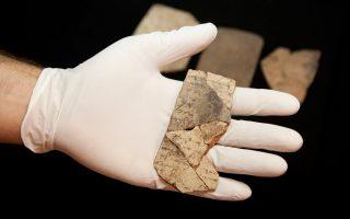 Σημειώματα γραμμένα με μελάνι πάνω σε κομμάτια κεραμικού, γνωστά ως όστρακα, αποκάλυψε η μεγάλη αρχαιολογική σκαπάνη στο φρούριο Αράντ του Ισραήλ.