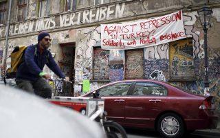 Πανό κατά της κυβέρνησης του Τ. Ερντογάν από κουρδική οργάνωση, σε κατάληψη στο Βερολίνο.