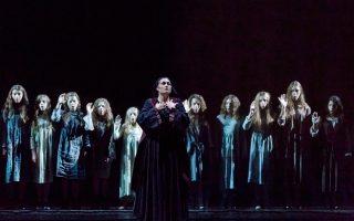 Η Ειρήνη Τσιρακίδου στον ρόλο της Φραγκογιαννούς και η Παιδική Χορωδία της Λυρικής Σκηνής (διεύθυνση Μάτα Κατσούλη) στη «Φόνισσα».
