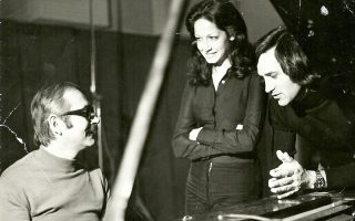 Ο Σταύρος Κουγιουμτζής στο πιάνο μαζί με τον Γιώργο Νταλάρα και την Αννα Βίσση.