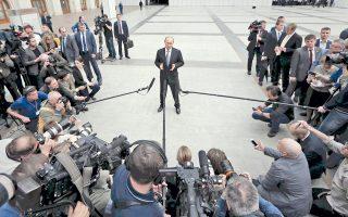 Ο Ρώσος πρόεδρος Βλαντιμίρ Πούτιν συνομιλεί με εκπροσώπους μέσων ενημέρωσης μετά την ολοκλήρωση της μαραθώνιας τηλεοπτικής του συνέντευξης, στη διάρκεια της οποίας έδωσε απαντήσεις σε ερωτήματα πολιτών.