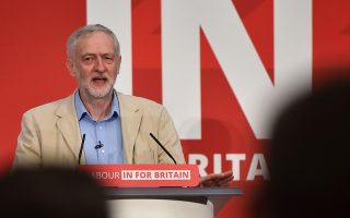Ο Τζέρεμι Κόρμπιν επικρίνει την Ε.Ε., αλλά ψηφίζει υπέρ της παραμονής της Βρετανίας σε αυτήν.