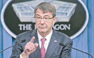 O Αμερικανός υπουργός Αμυνας Αστον Κάρτερ, στη διάρκεια πρόσφατης συνέντευξης Τύπου στην Ουάσιγκτον. Το Πεντάγωνο αναπροσαρμόζει το στρατιωτικό του δόγμα έναντι της Ρωσίας.