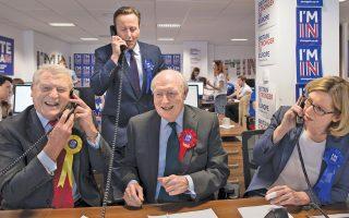 Ο Βρετανός πρωθυπουργός Ντέιβιντ Κάμερον, ανάμεσα στον πρώην ηγέτη των Φιλελευθέρων Δημοκρατών Πάντι Ασνταουν (αριστερά), τον πρώην επικεφαλής των Εργατικών Νιλ Κίνοκ (δεύτερο από δεξιά) και την υπουργό Ενέργειας και Κλιματικής Αλλαγής Αμπερ Ραντ (δεξιά), κάνουν τηλεφωνήματα στο πλαίσιο της καμπάνιας για την παραμονή της χώρας στην Ε.Ε.