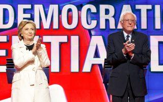 Χίλαρι Κλίντον και Μπέρνι Σάντερς χειροκροτούν αλλήλους πριν από την έναρξη του τηλεοπτικού ντιμπέιτ, ενόψει των κρίσιμων προκριματικών εκλογών στην πολιτεία της Νέας Υόρκης την Τρίτη. Η στάση των αντιπάλων, όμως, άλλαξε άρδην κατά τη διάρκεια της συζήτησης, που υπήρξε η εντονότερη και η πλέον οξεία από τις τηλεμαχίες τους.