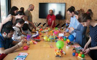 Δεκαέξι δημιουργοί διαφόρων ηλικιών προσήλθαν στον διαγωνισμό με μεγάλη διάθεση να διασκεδάσουν.