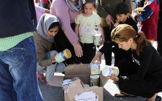 Διανομή ειδών πρώτης ανάγκης στους πρόσφυγες, χθες, στον Πειραιά.
