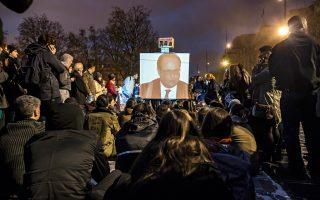 Διαδηλωτές στην Πλατεία της Δημοκρατίας, στο κέντρο του Παρισιού, παρακολουθούν την τηλεοπτική συνέντευξη του προέδρου Φρανσουά Ολάντ.