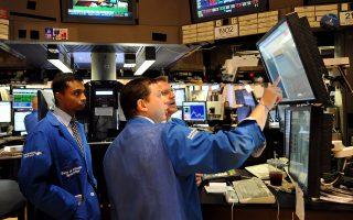 Στη Wall Street, λίγο πριν από το κλείσιμο, επικρατούσαν ανοδικές τάσεις, με τον δείκτη Dow Jones να αγγίζει τις 18.000 μονάδες για πρώτη φορά τους τελευταίους εννέα μήνες.