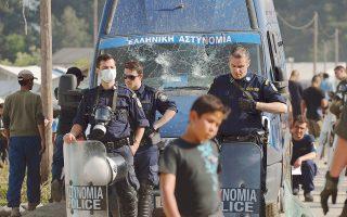 Νέα επεισόδια ξέσπασαν χθες στην Ειδομένη, μετά τον τραυματισμό Σύρου πρόσφυγα που έπεσε από σκαλωσιά μπροστά σε βαν της αστυνομίας. Οι παριστάμενοι πρόσφυγες και μετανάστες, πιστεύοντας ότι παρασύρθηκε από το βαν, άρχισαν να το πετροβολούν.