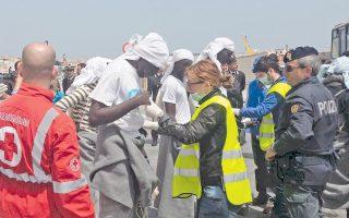 Κάποιοι από τους 108 διασωθέντες φθάνουν στη Λαμπεντούζα. Τα αιγυπτιακά μέσα ενημέρωσης είχαν κάνει αναφορά για τέσσερις βάρκες που βυθίστηκαν με 400 νεκρούς.