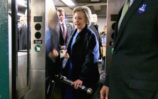 Η Χίλαρι Κλίντον στο μετρό της Νέας Υόρκης, καθώς εισέρχεται σε σταθμό του Μπρονξ.