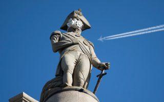 Λευκή μάσκα κατά των βλαβερών καυσαερίων τοποθετούν ακτιβιστές της Greenpeace στο πρόσωπο του αγάλματος του ναυάρχου Νέλσονα στην πλατεία Τραφάλγκαρ του Λονδίνου.