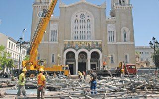Χθες απομακρύνθηκε και το τελευταίο νάυλον που κάλυπτε τη Μητρόπολη Αθηνών. Επειτα από χρόνια εργασιών, διακοπών και καθυστερήσεων, η αποκατάσταση του ναού ολοκληρώνεται.