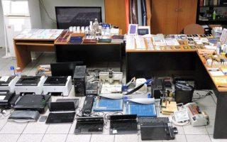 Στοιχεία χιλιάδων πλαστών διαβατηρίων και ταυτοτήτων εντοπίστηκαν σε εξωτερικούς σκληρούς δίσκους.