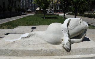 Είναι η δεύτερη φορά που το άγαλμα του γλύπτη Κώστα Σεφερλή πέφτει θύμα βανδαλισμού.