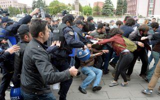 Αστυνομικές δυνάμεις εκτοξεύουν δακρυγόνα για να διαλύσουν διαδηλωτές που διαμαρτύρονται για την τοποθέτηση του Καχραμάν, έξω από το Κοινοβούλιο στην Αγκυρα. Αποστάσεις από τις δηλώσεις Καχραμάν πήραν στελέχη του κυβερνώντος ΑΚΡ. Σελ. 7