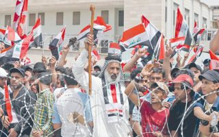 Οπαδοί του σιίτη κληρικού Μουκτάντα αλ Σαντρ με σημαίες του Ιράκ συγκεντρώθηκαν, χθες, μπροστά από την Πράσινη Ζώνη στη Βαγδάτη, ενόψει προγραμματισμένης συνεδρίασης της Βουλής.