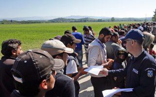 Αστυνομικοί μοίρασαν χιλιάδες φυλλάδια στην αραβική και αγγλική γλώσσα, που ενημερώνουν τους πρόσφυγες για το οριστικό κλείσιμο των συνόρων.