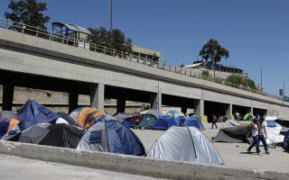 Στο λιμάνι του Πειραιά παραμένουν 2.707 άτομα, παρά τις κυβερνητικές διαβεβαιώσεις για εκκένωση.